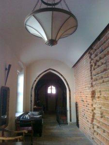 Mowa o ścianie z tyłu tego korytarza