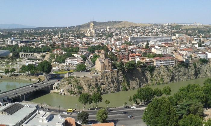 panorama z kościołem Metechi rzeką Kurą i górującym nad wszystkim Cminda Sameba