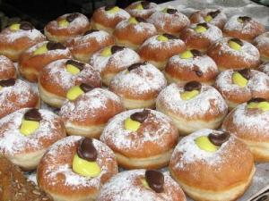 pączki (sufganijot) czekoladowo-waniliowe   z wikipedia
