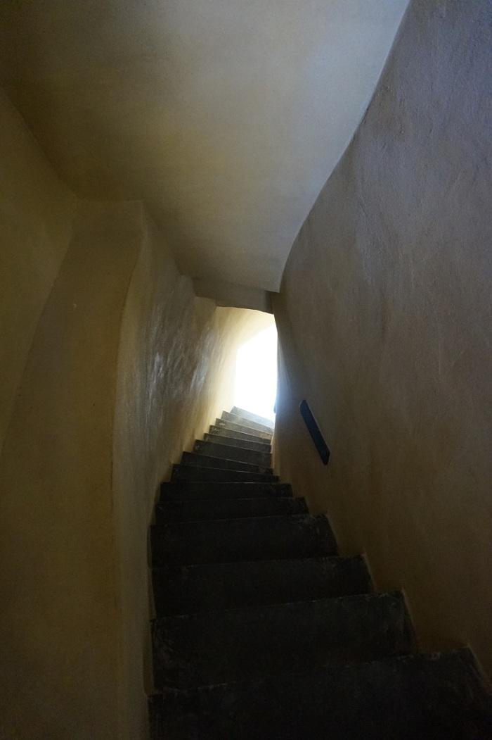 wąskie schody wewnątrz wieży