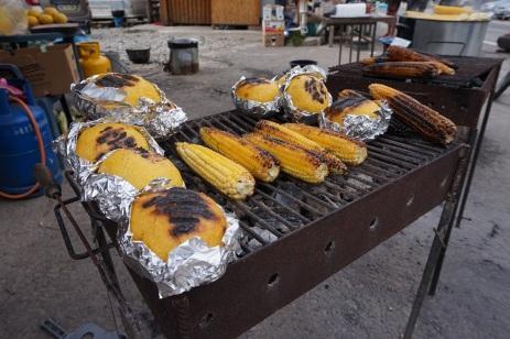 Niezwykły ser w otoczce z kaszy kukurydzianej i pieczona kukurydza we własnej osobie, czy raczej kolbie ;-)