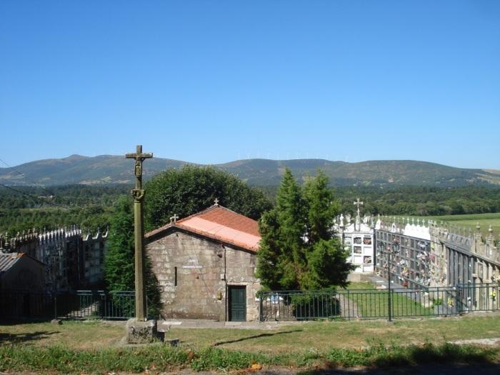 Maleńki kościółek otoczony murem z nagrobków